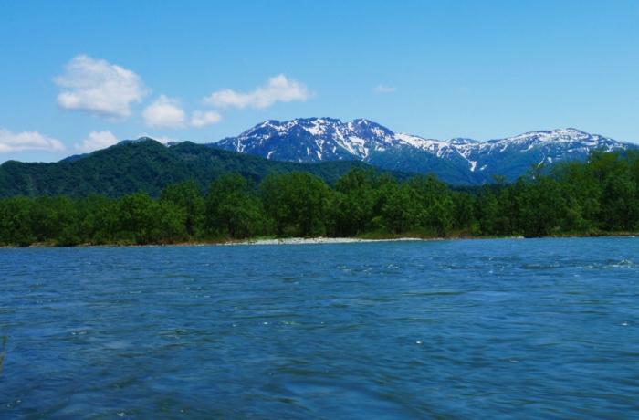 春の八海山、魚野川